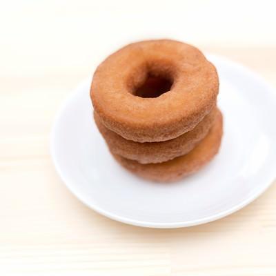 「重ねられたドーナツ」の写真素材