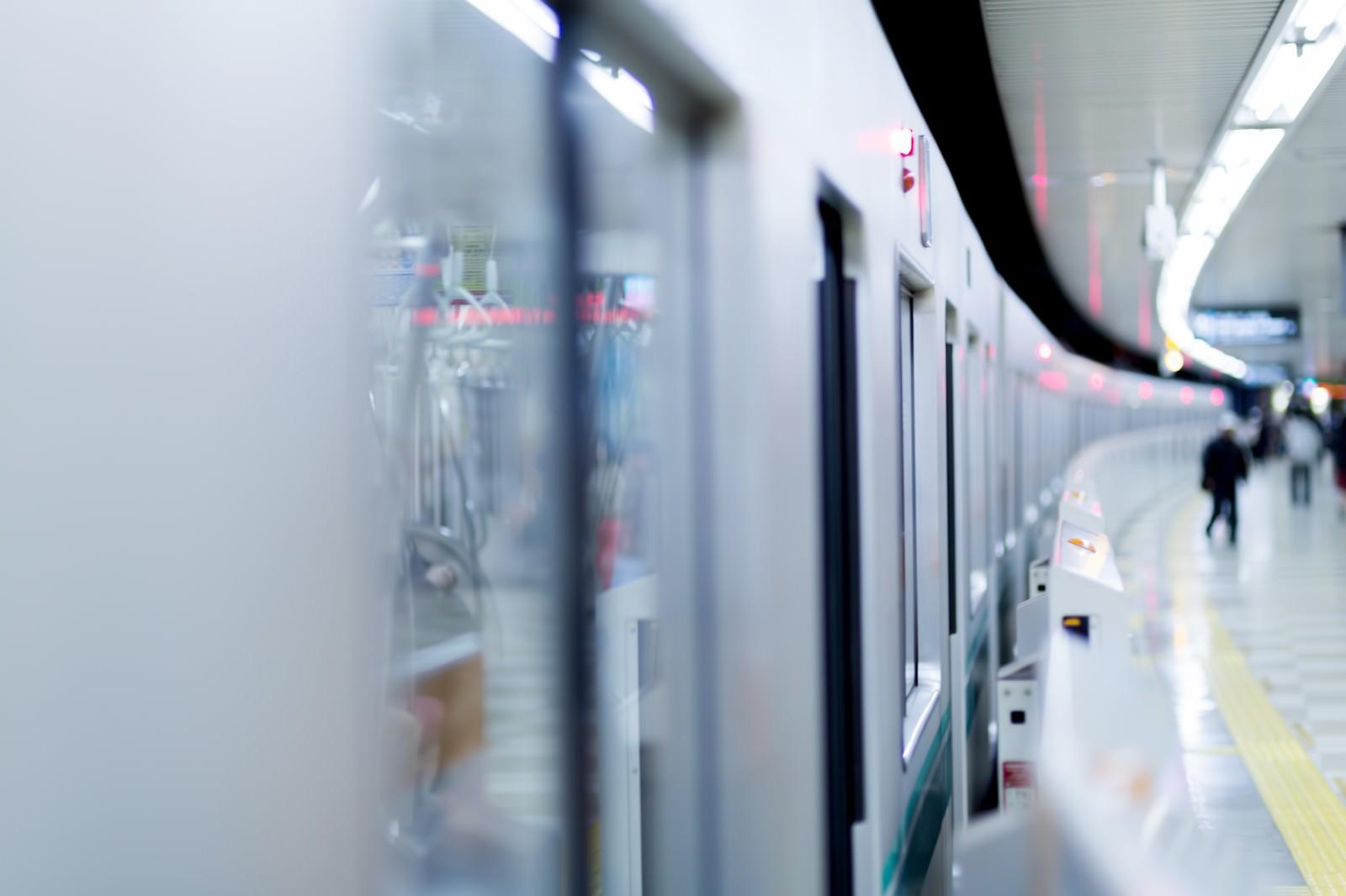「ホームに停車中の電車」の写真