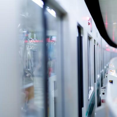「ホームに停車中の電車」の写真素材