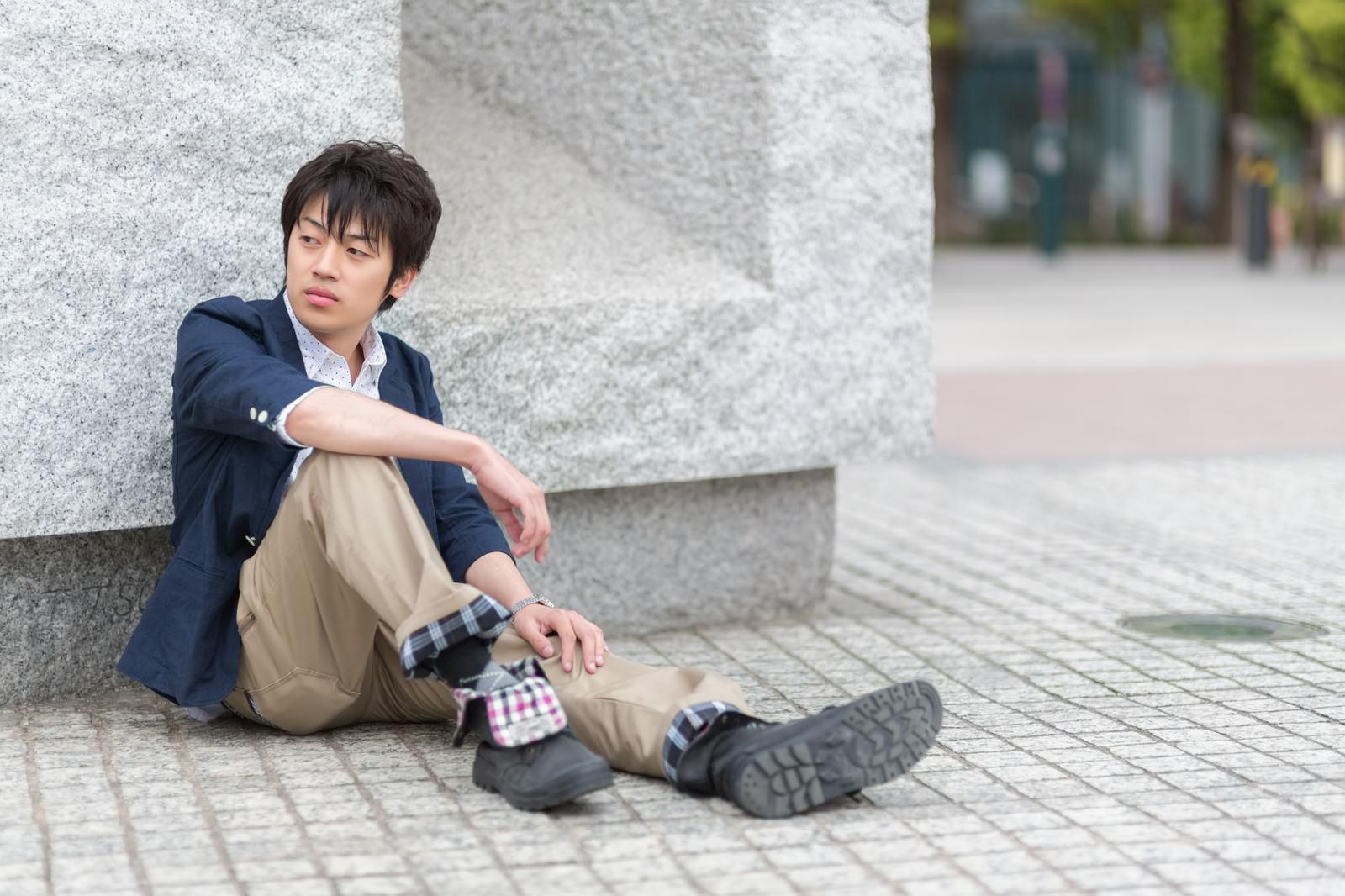 「膝を立てて座る青年」の写真[モデル:Tsuyoshi.]
