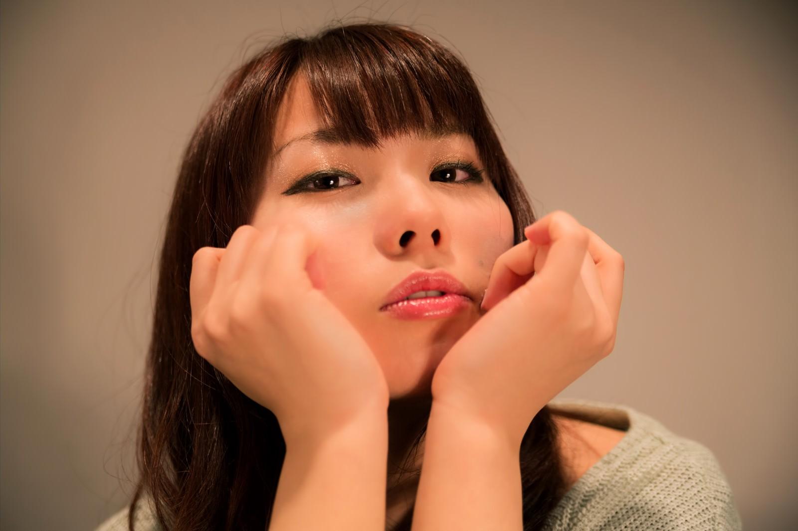 「ほほづえをつくホロ酔の女性」の写真[モデル:Lala]
