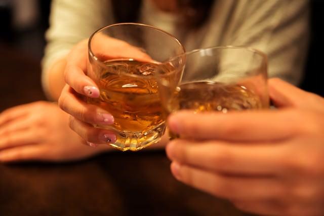記念日に女性と乾杯するシーン