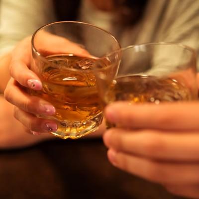 記念日に女性と乾杯するシーンの写真