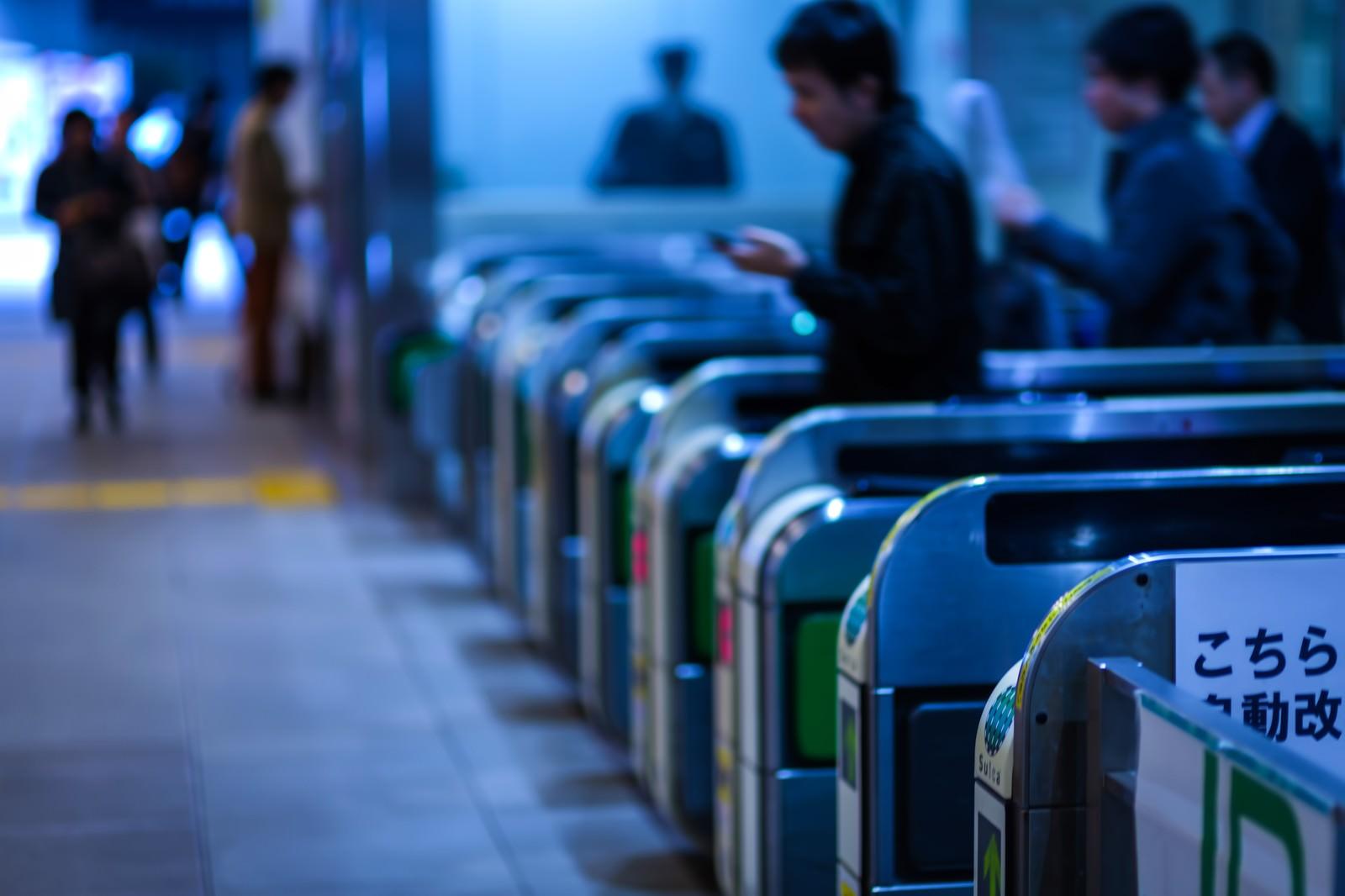 「改札を通過する人達(通勤)改札を通過する人達(通勤)」のフリー写真素材を拡大