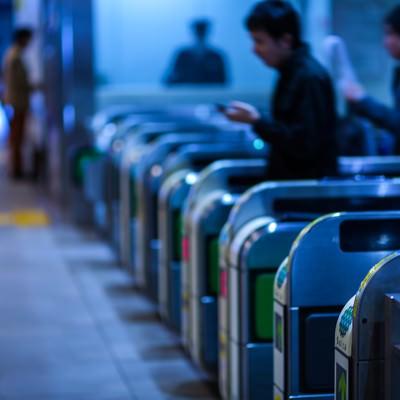 改札を通過する人達(通勤)の写真