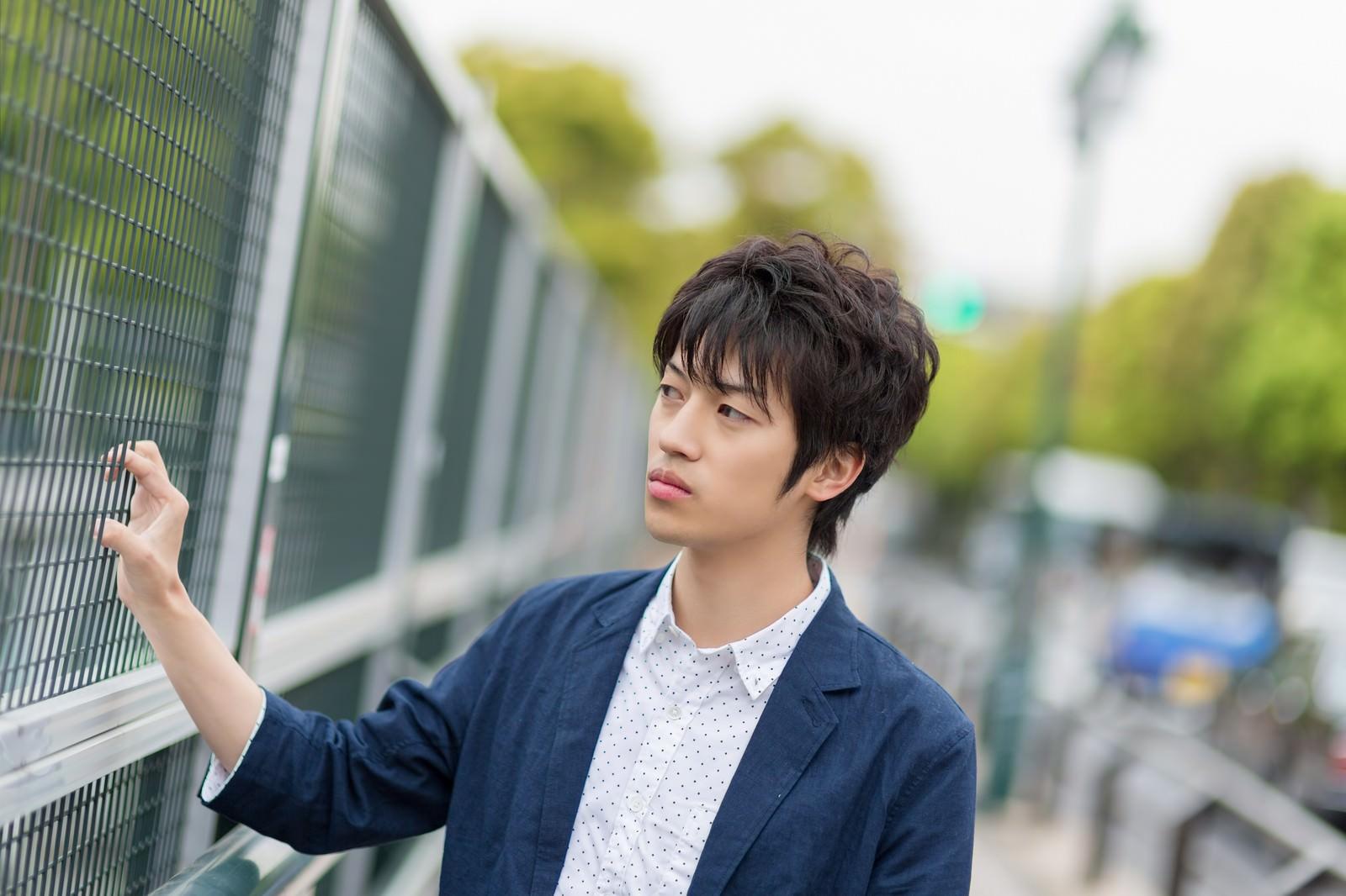 「金網を握る青年」の写真[モデル:Tsuyoshi.]
