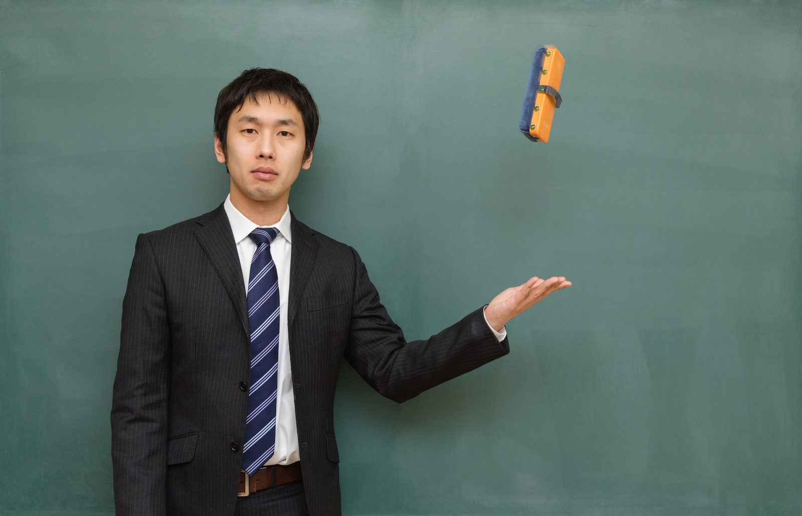 「黒板消しを投げる講師」の写真[モデル:大川竜弥]