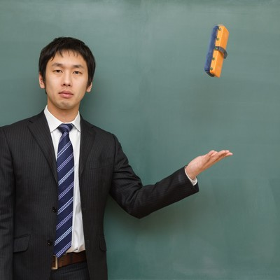 黒板消しを投げる講師の写真