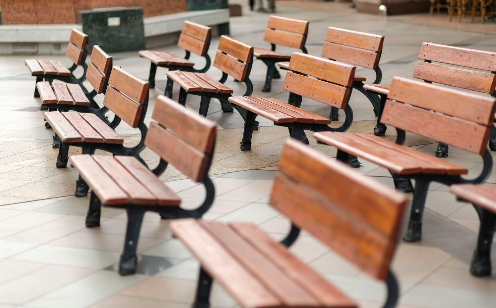 「並んだベンチ」の写真