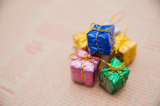 英文の紙とプレゼントボックスの写真