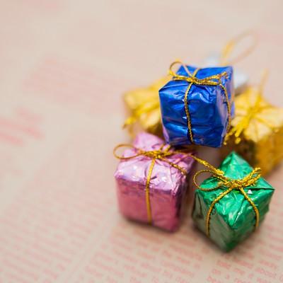 「英文の紙とプレゼントボックス」の写真素材