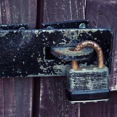 古びた南京錠の写真