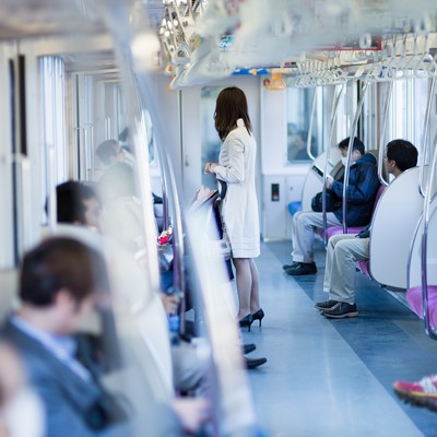 「電車に乗るハイヒールの女性」の写真素材