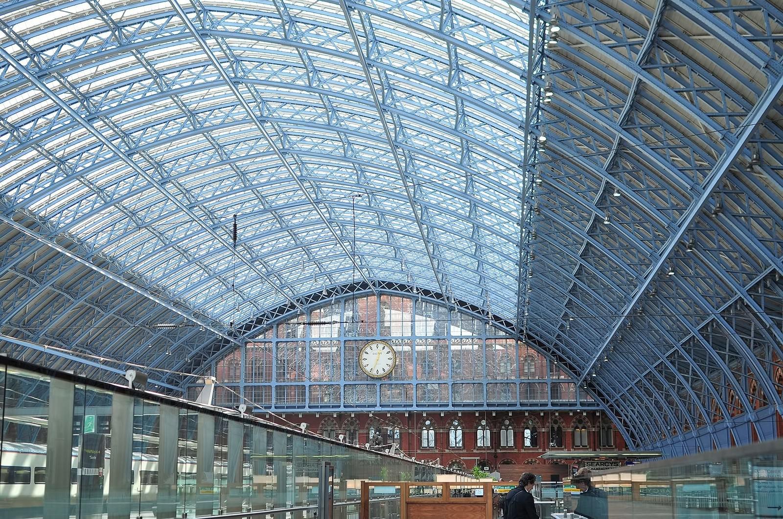 「ロンドンのウォータールー駅の鉄骨   写真の無料素材・フリー素材 - ぱくたそ」の写真