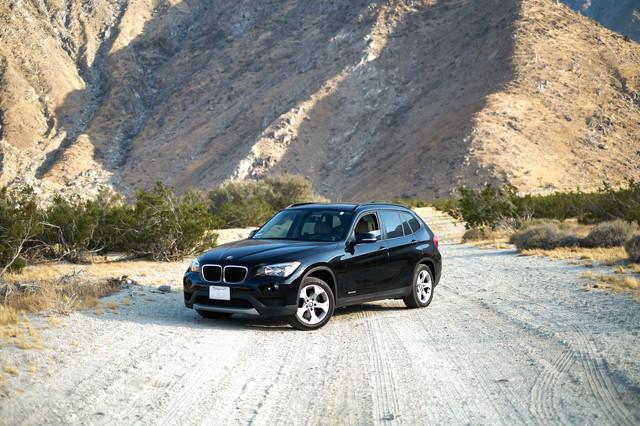 山道と4WDの写真