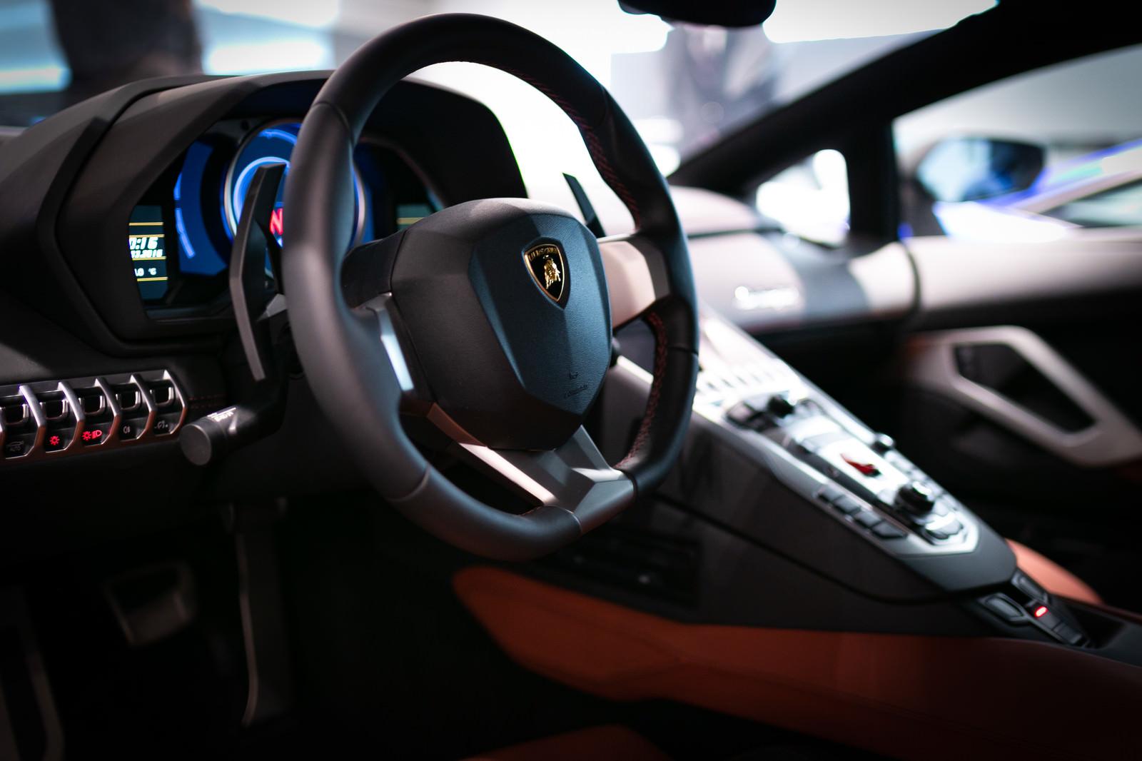 「ランボルギーニ・アヴェンタドール運転席ランボルギーニ・アヴェンタドール運転席」のフリー写真素材を拡大