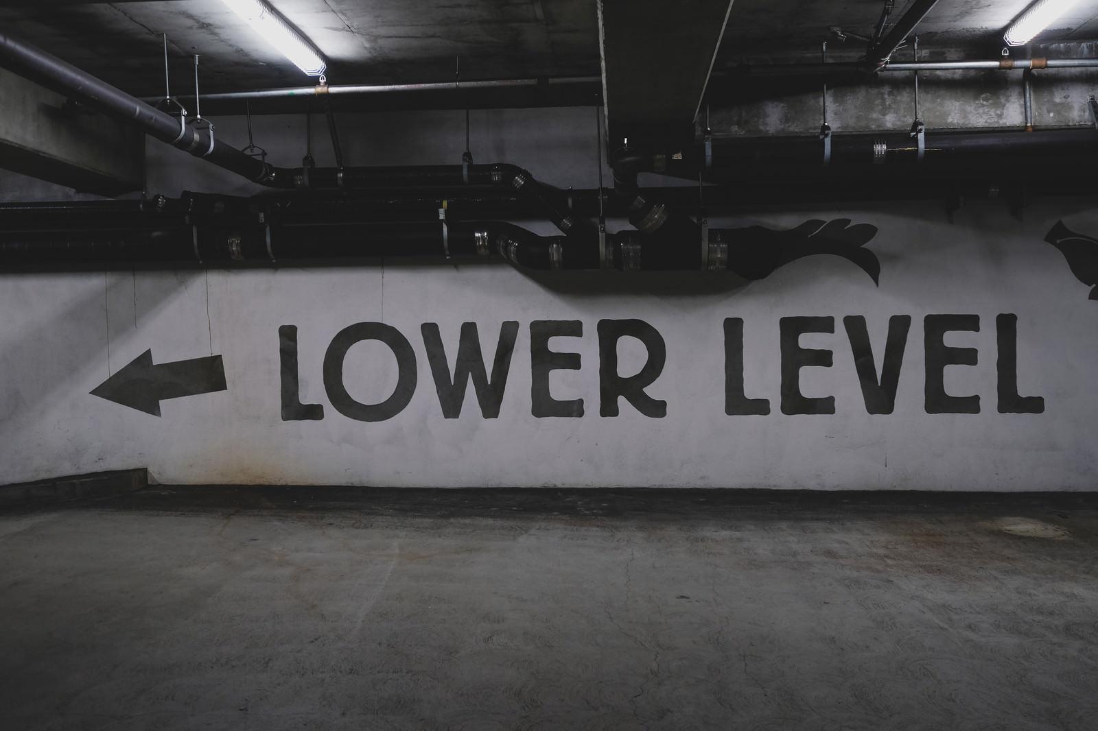 「← LOWER LEVEL← LOWER LEVEL」のフリー写真素材を拡大