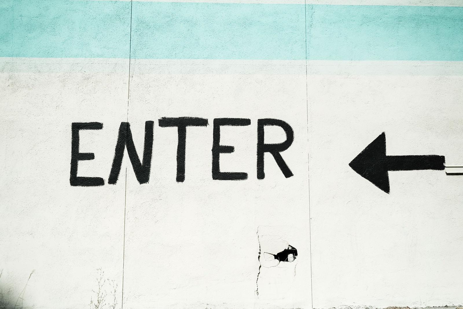 「壁に書かれた「ENTER」の文字壁に書かれた「ENTER」の文字」のフリー写真素材を拡大