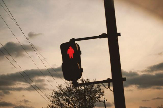 夕暮れと赤信号の写真