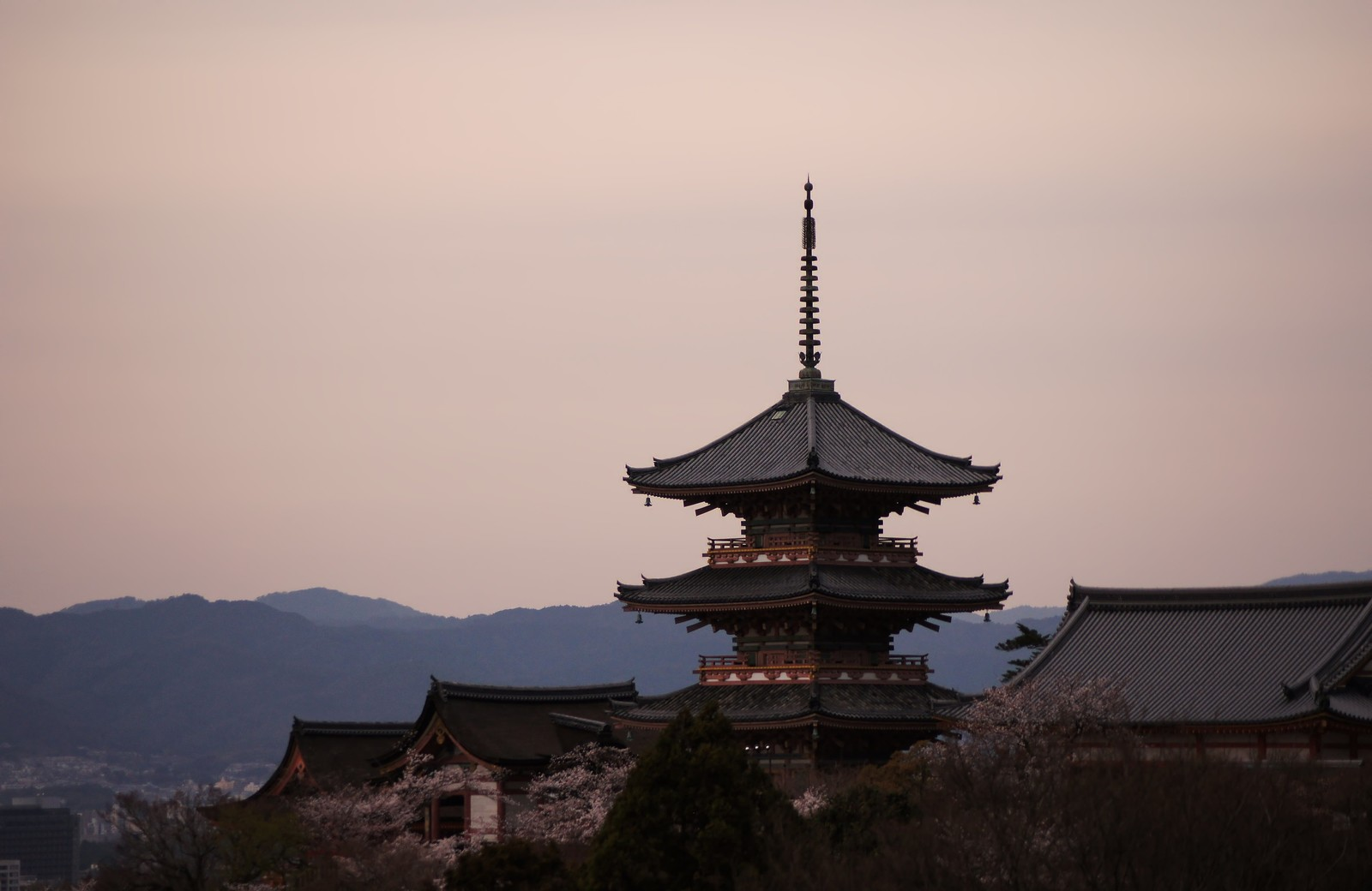 「京の街を眺める京の街を眺める」のフリー写真素材を拡大