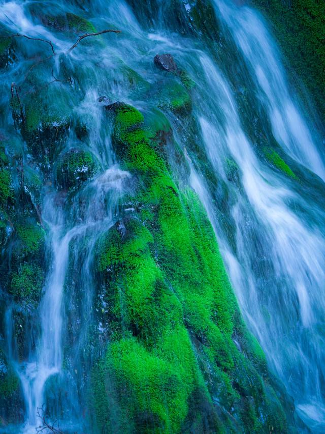 崖からの柔らかな流れの写真