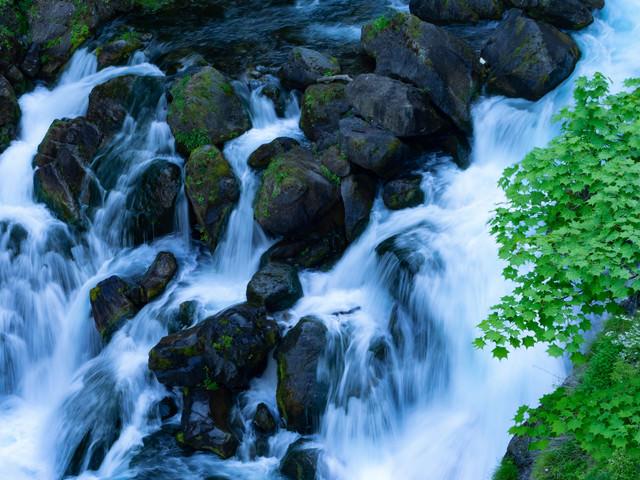 岩場を流れる清流の写真