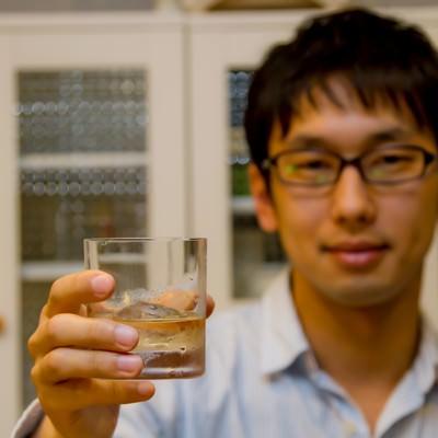 「グラスを持って乾杯する男性」の写真素材