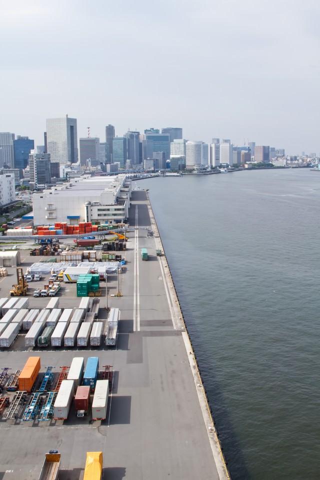 港のコンテナとビルの写真