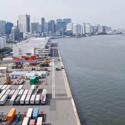 「港のコンテナとビル」の写真素材