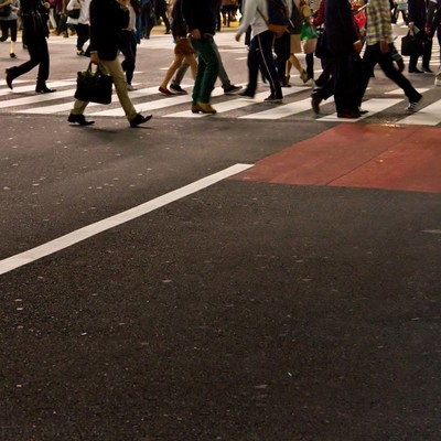 「横断歩道を歩く人々」の写真素材