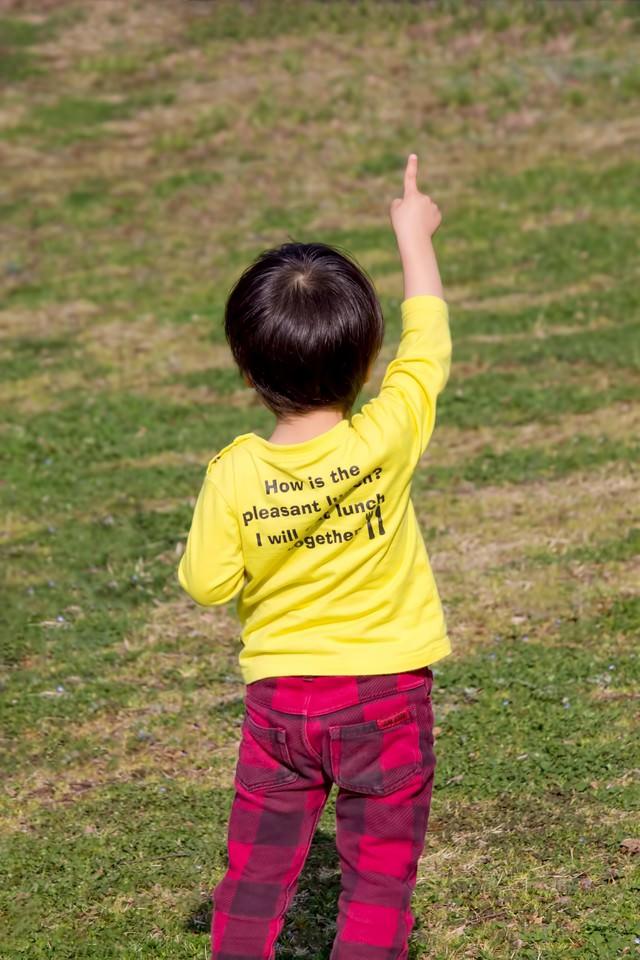 指を立てる子供の写真