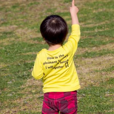 「指を立てる子供」の写真素材