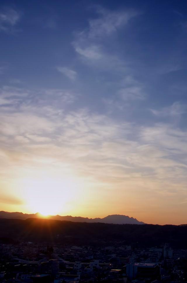日没前の山なみの写真