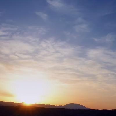 「日没前の山なみ」の写真素材