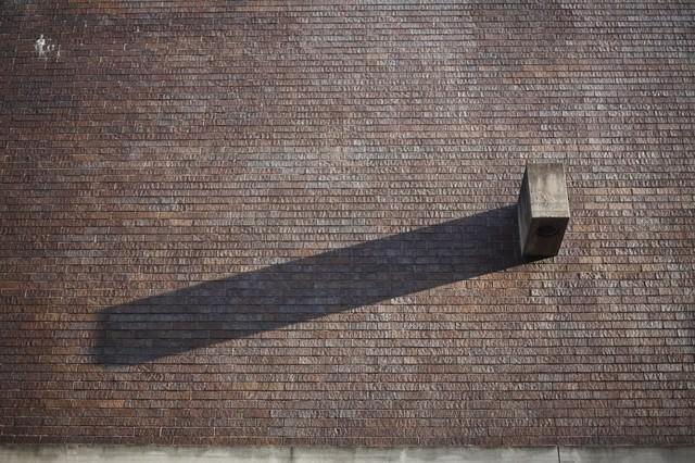 ブロックと伸びた影の写真