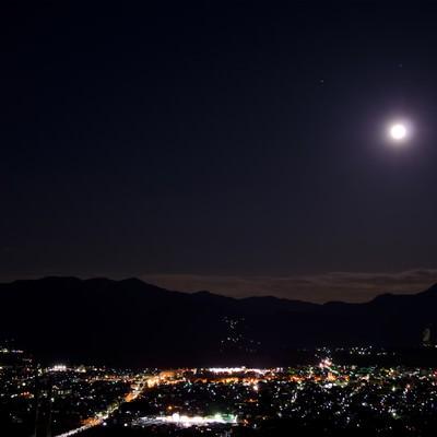 「月は見下ろす」の写真素材
