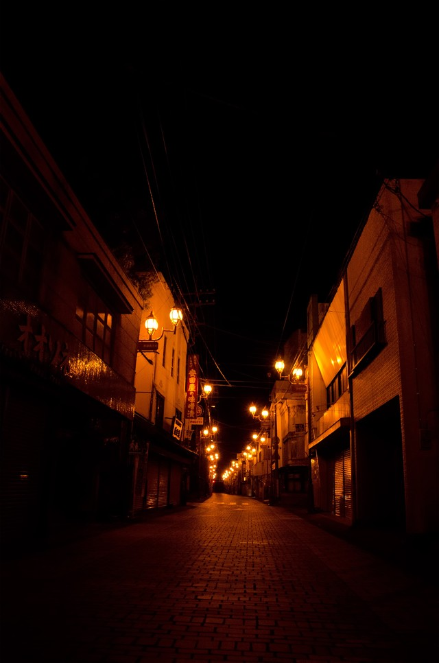 誰もが寝静まった商店街の写真