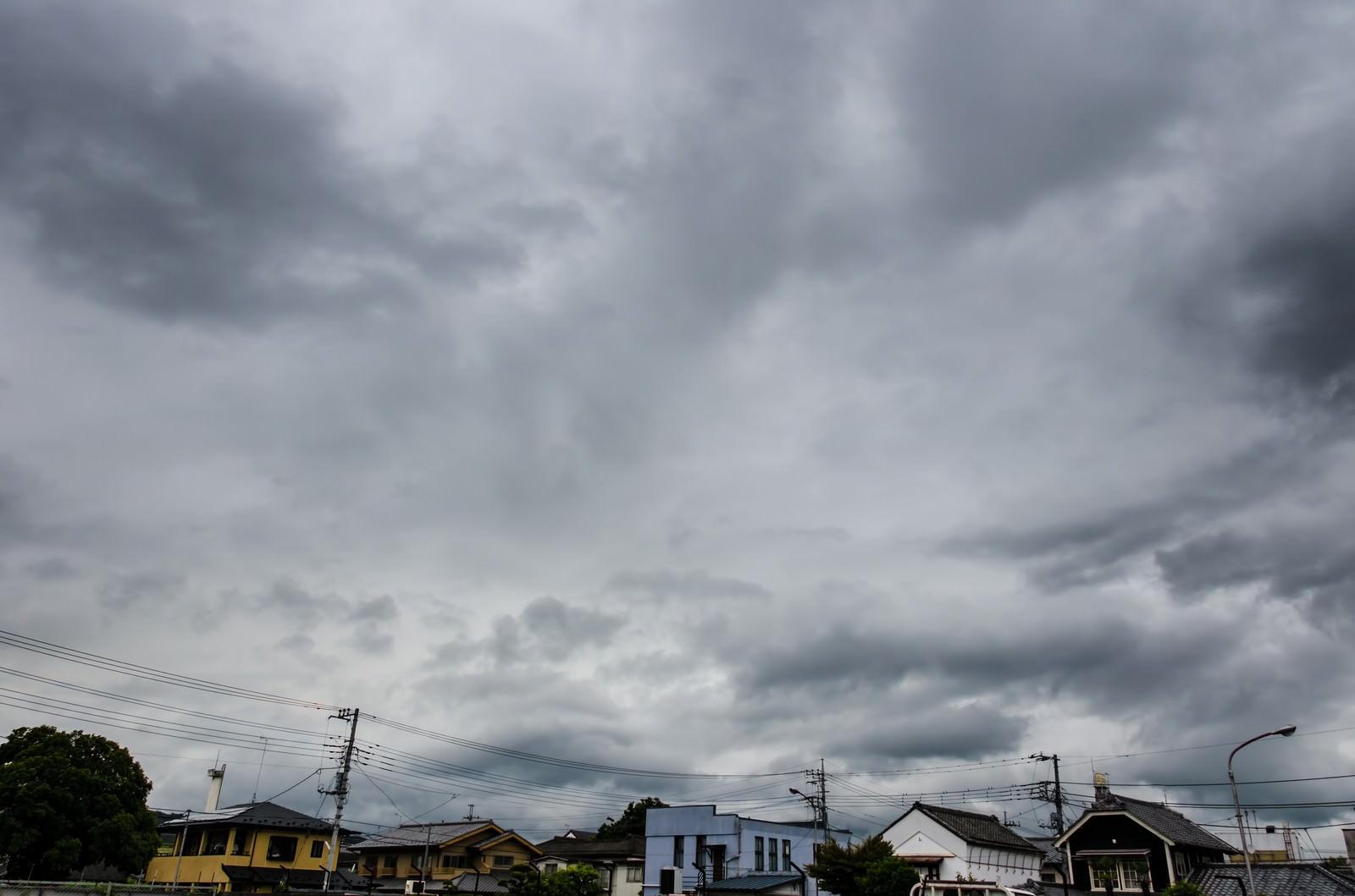 「曇り空と民家」の写真