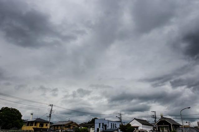 曇り空と民家の写真