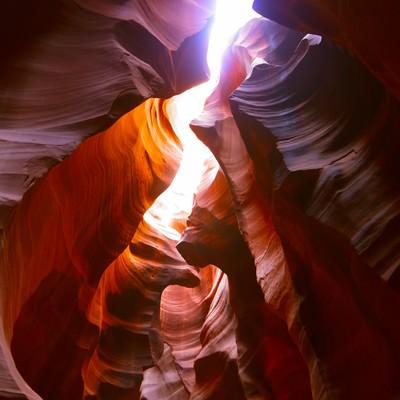 日が差し込むアンテロープキャニオンの写真