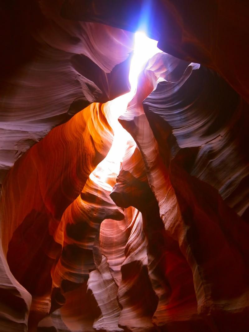 「日が差し込むアンテロープキャニオン」の写真