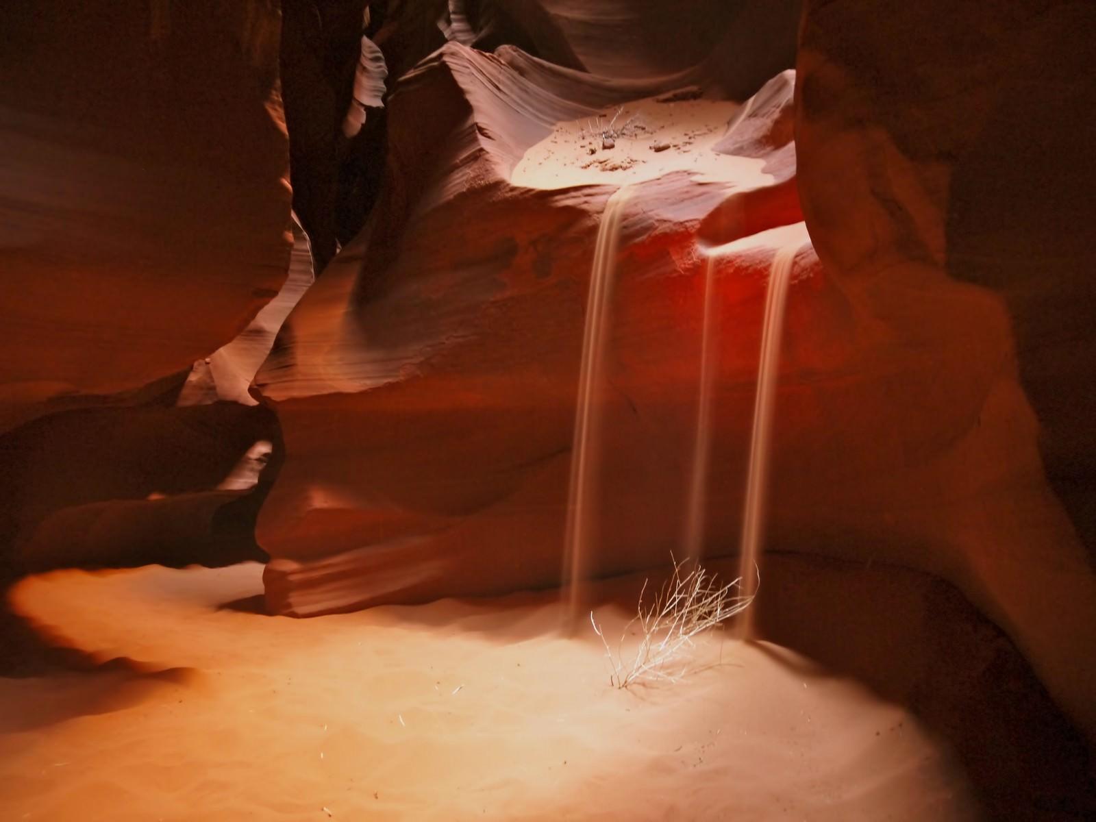 「アンテロープキャニオンの流れる砂」の写真
