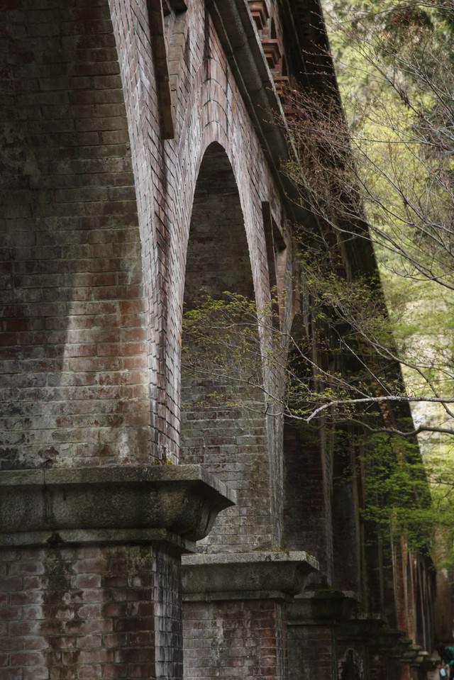 アーチ型の橋の写真