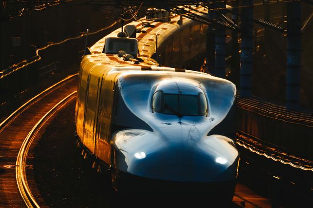 夕闇を走るN700系の写真