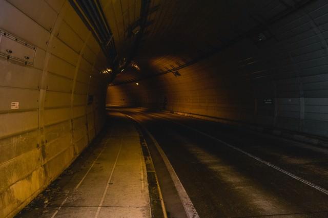 人通りのないトンネルの写真