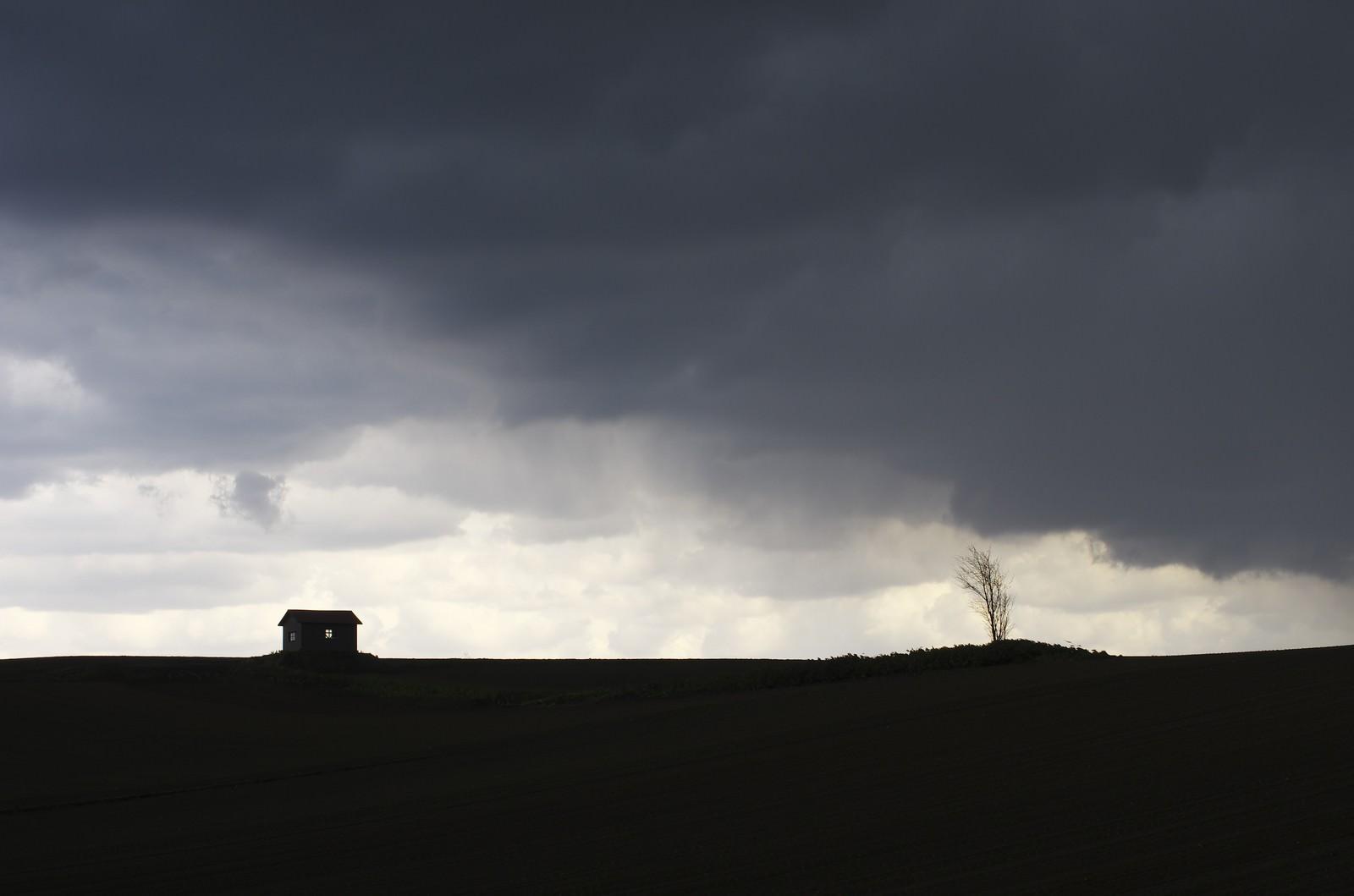 「大地と家のシルエット」の写真