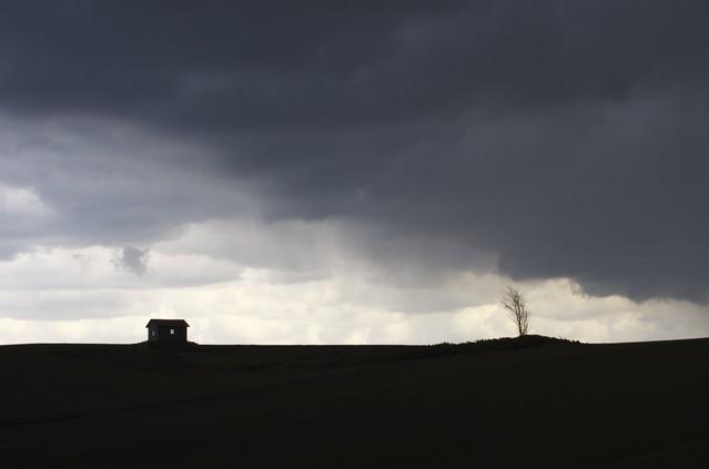 大地と家のシルエットの写真