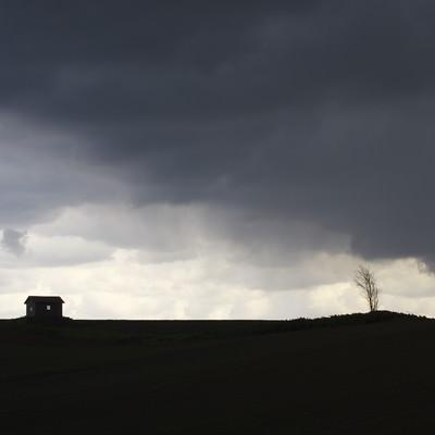 「大地と家のシルエット」の写真素材