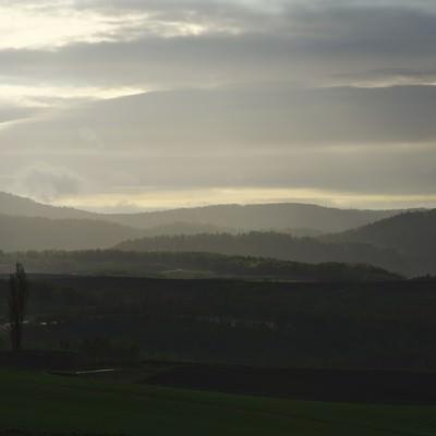 「朝靄の大地」の写真素材
