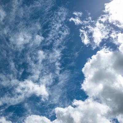 「昼の太陽と青い空、雲」の写真素材